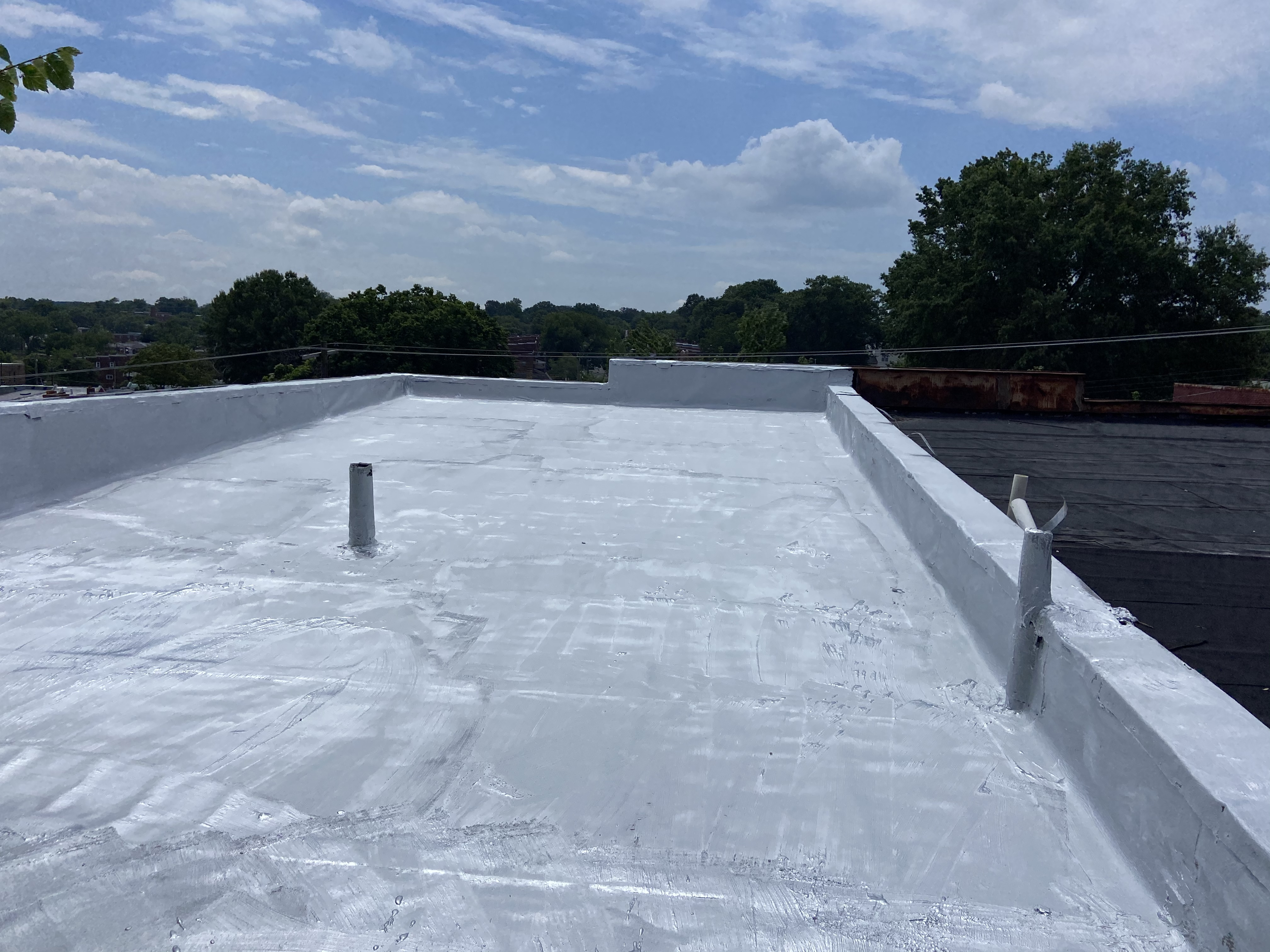 Roof coated with fibered aluminum roof coating